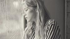 비도 오고 그래서 (Feat. 신용재) (You, Clouds, Rain) 뮤직비디오 대표이미지